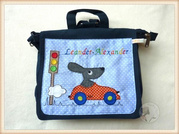 """Blaue Kindergartentasche mit Namen """"Hase im Auto"""""""