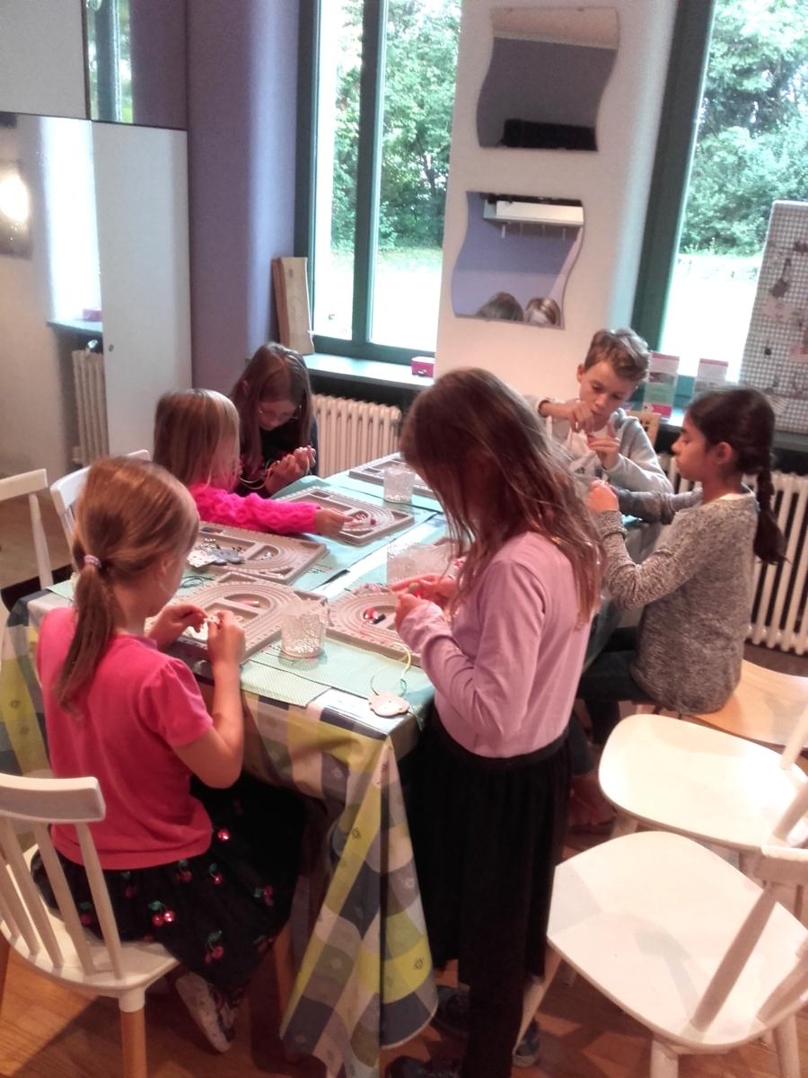 Schmuckbasteln mit Klunkerstern beim Ferienprogramm Odelzhausen